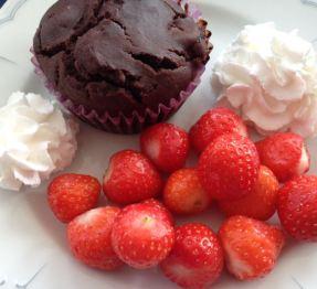 Schokomuffins mit frischen Erdbeeren und veganer Sprühsahne