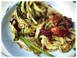 Rohkost-Spaghetti mit Oliven-Feigen-Relish